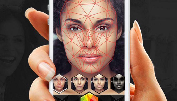 Zdjęcie telefonu komórkowego, który określa kształt twarzy kobiety