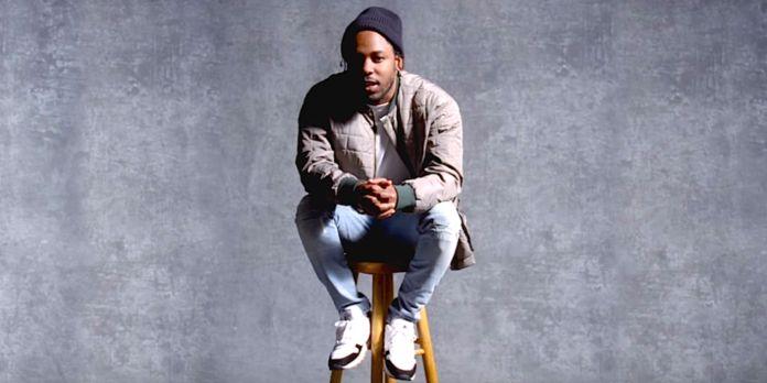 Czarnoskóry mężczyzna w czapsce siedzi na stołku