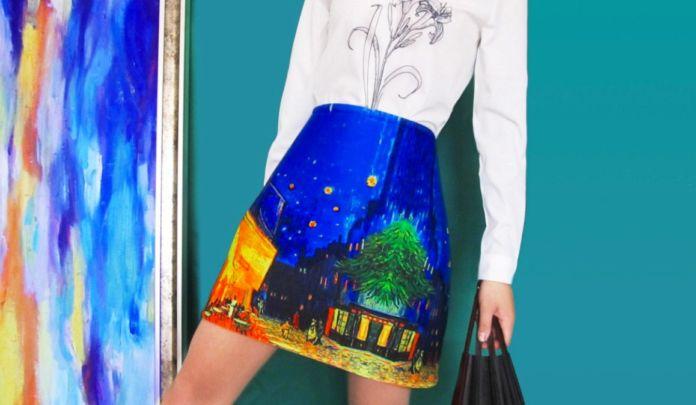 Modelka w spódnicy z printem w dzieło sztuki