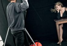 Blondynka w czarnej sukience pozuje do zdjęcia