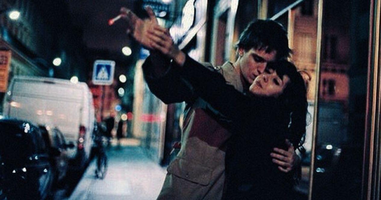 Mężczyzna i kobieta tańczą na ulicy