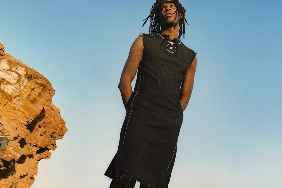 Czarnoskóry mężczyzna w czarnym kobiecym stroju na tle nieba
