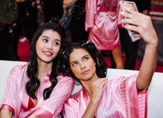 Dwie brunetki w różowych szlafrokach robią sobie zdjęcie