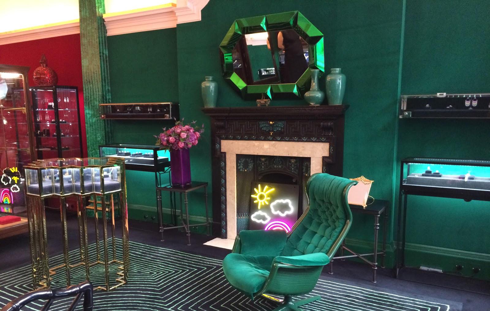 Pokój z zielonym fotelem i zielonymi ścianami