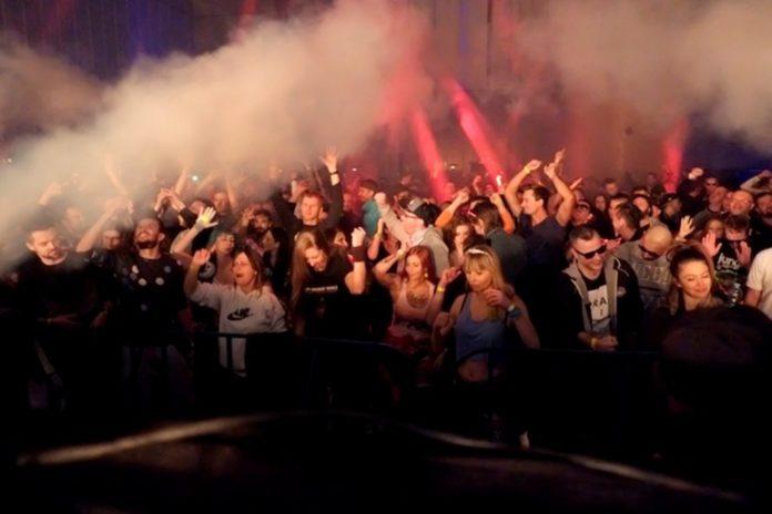 Ludzie na imprezie techno
