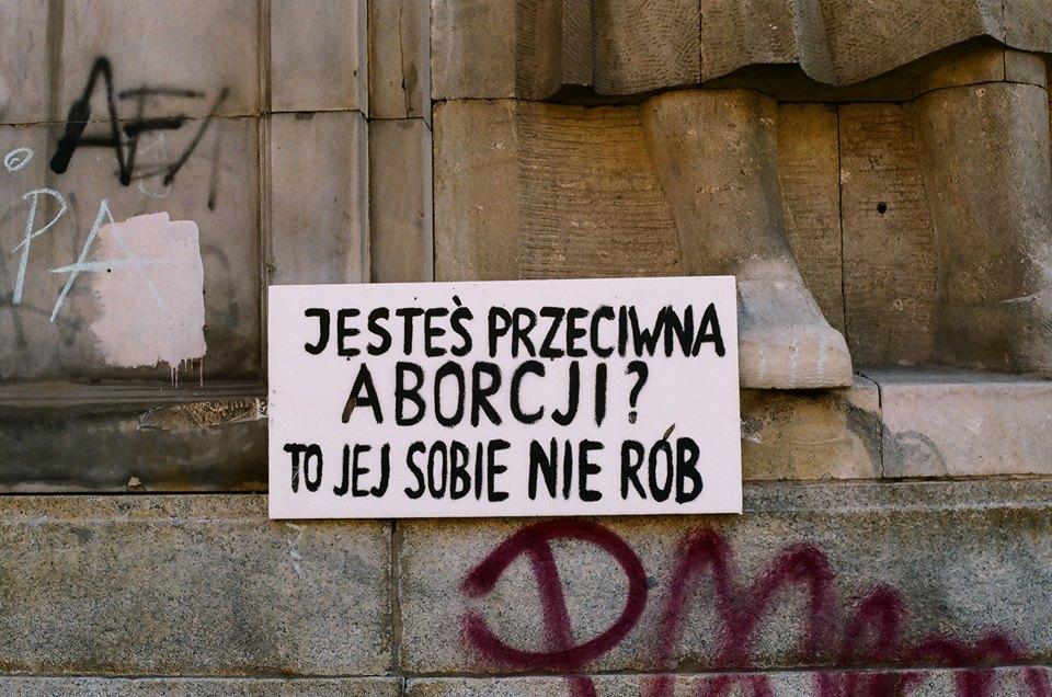 Biała karta na tle ściany, napis: Jesteś przeciwna aborcji? To jej sobie nie rób