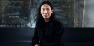 Mężczyzna ubrany na czarno z ciemnymi włosami