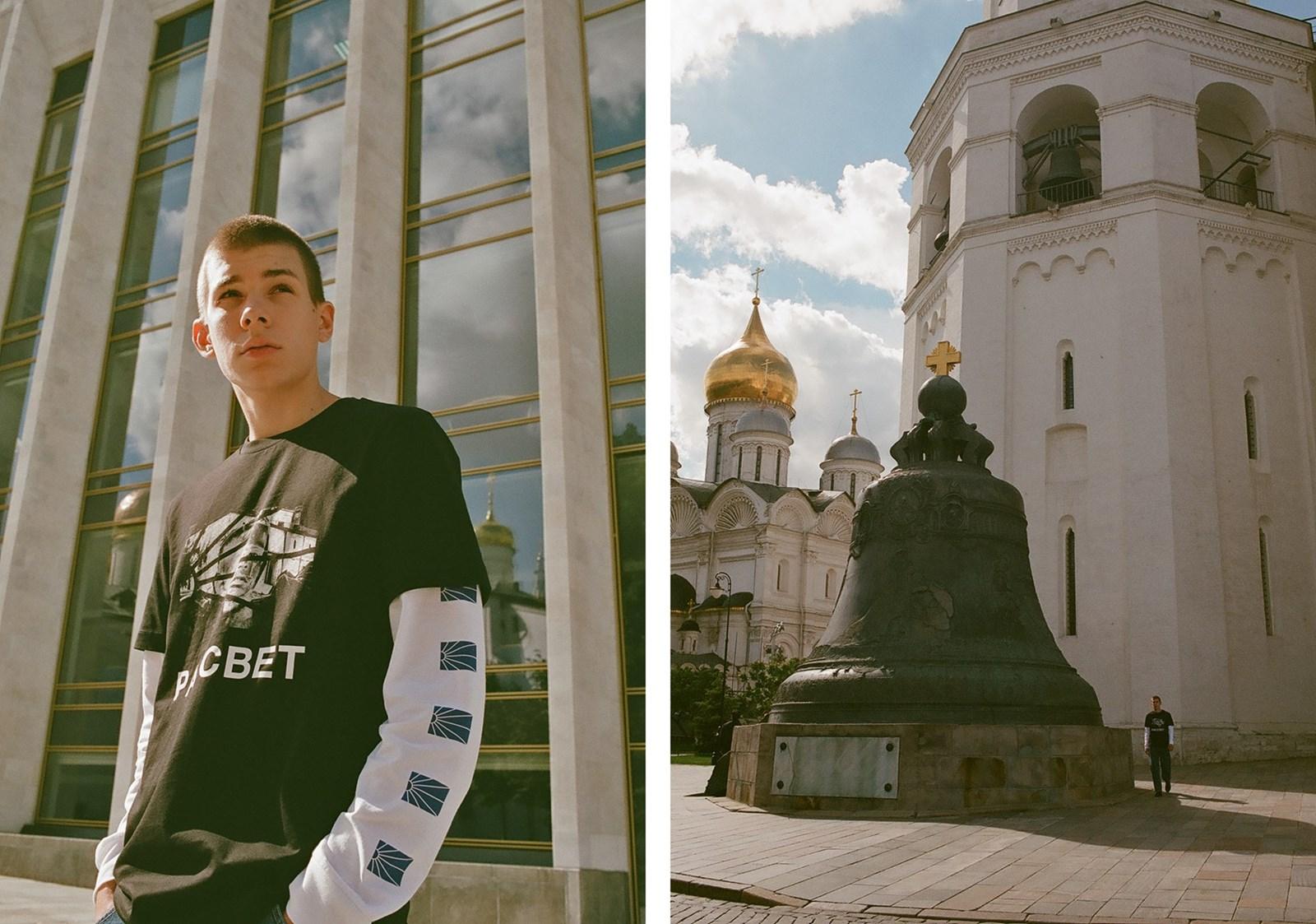 Dwa zdjęcia - na jednym młody mężczyzna w czarnej koszulce, na drugim wielki dzwon pod rosyjską cerkwią