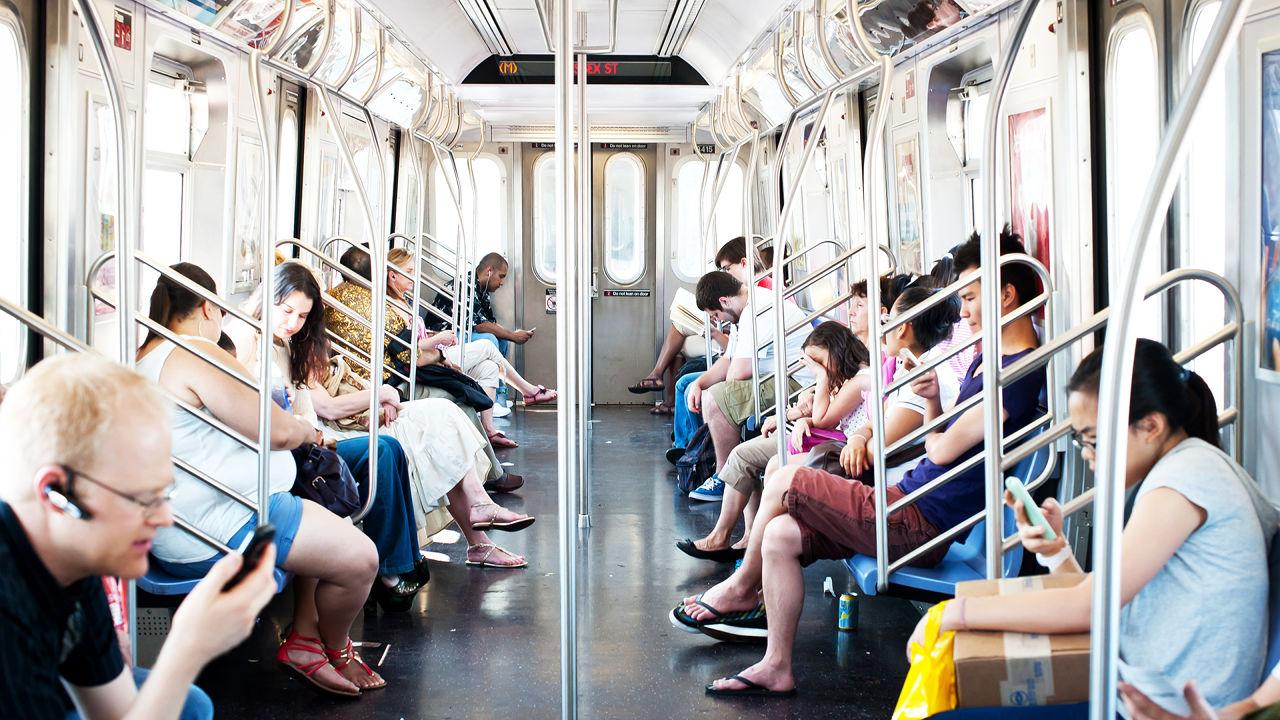 Tłum ludzi w metrze