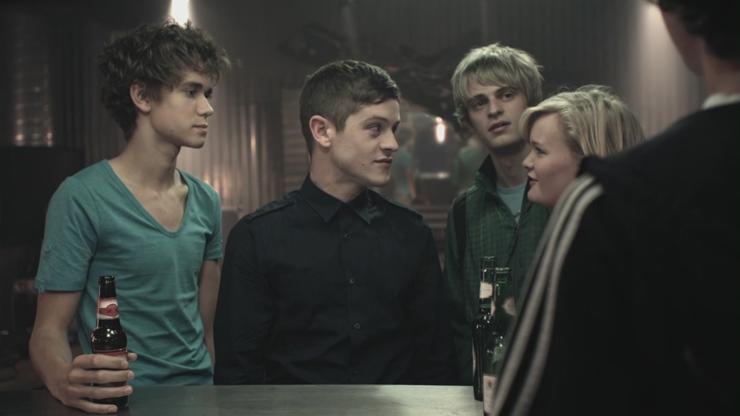 Grupa przyjaciół stojąca przy barze