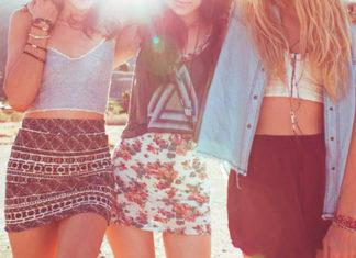 Trzy koleżanki w kolorowych spódnicach