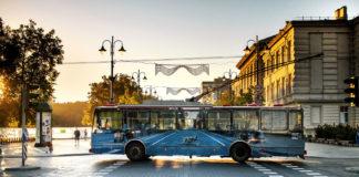 Niebieski trolejbus na ulicy