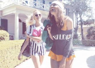Dwie roześmiane dziewczyny w letnich ubraniach