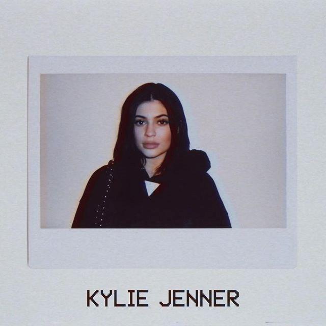 Brunetka ubrana na czarno na polaroidowym zdjęciu