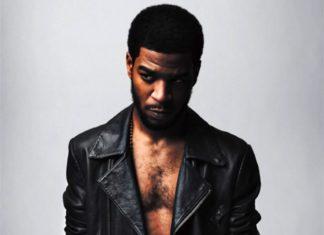 Czarnoskóry mężczyzna w skórzanej czarnej kurtce