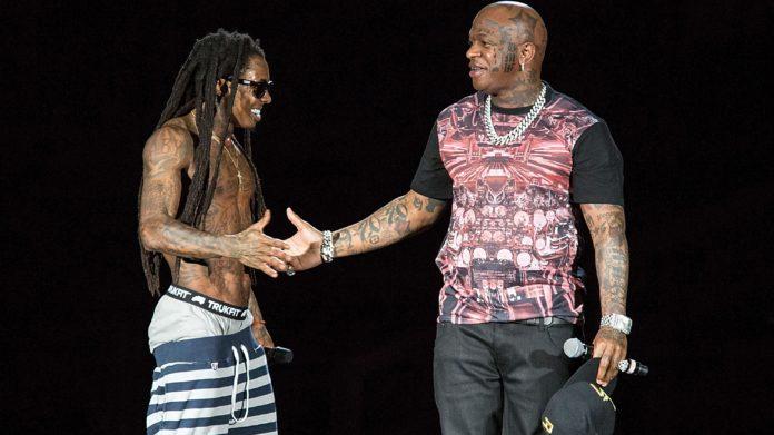 Dwóch mężczyzn na scenie podaje sobie rękę