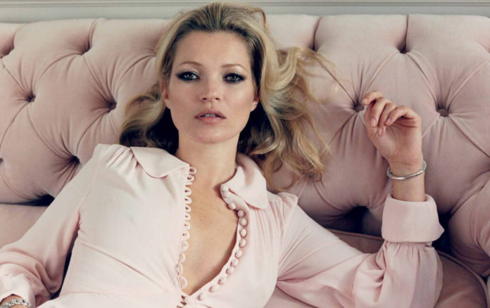 Blondynka w różowej sukience leży na różowej kanapie