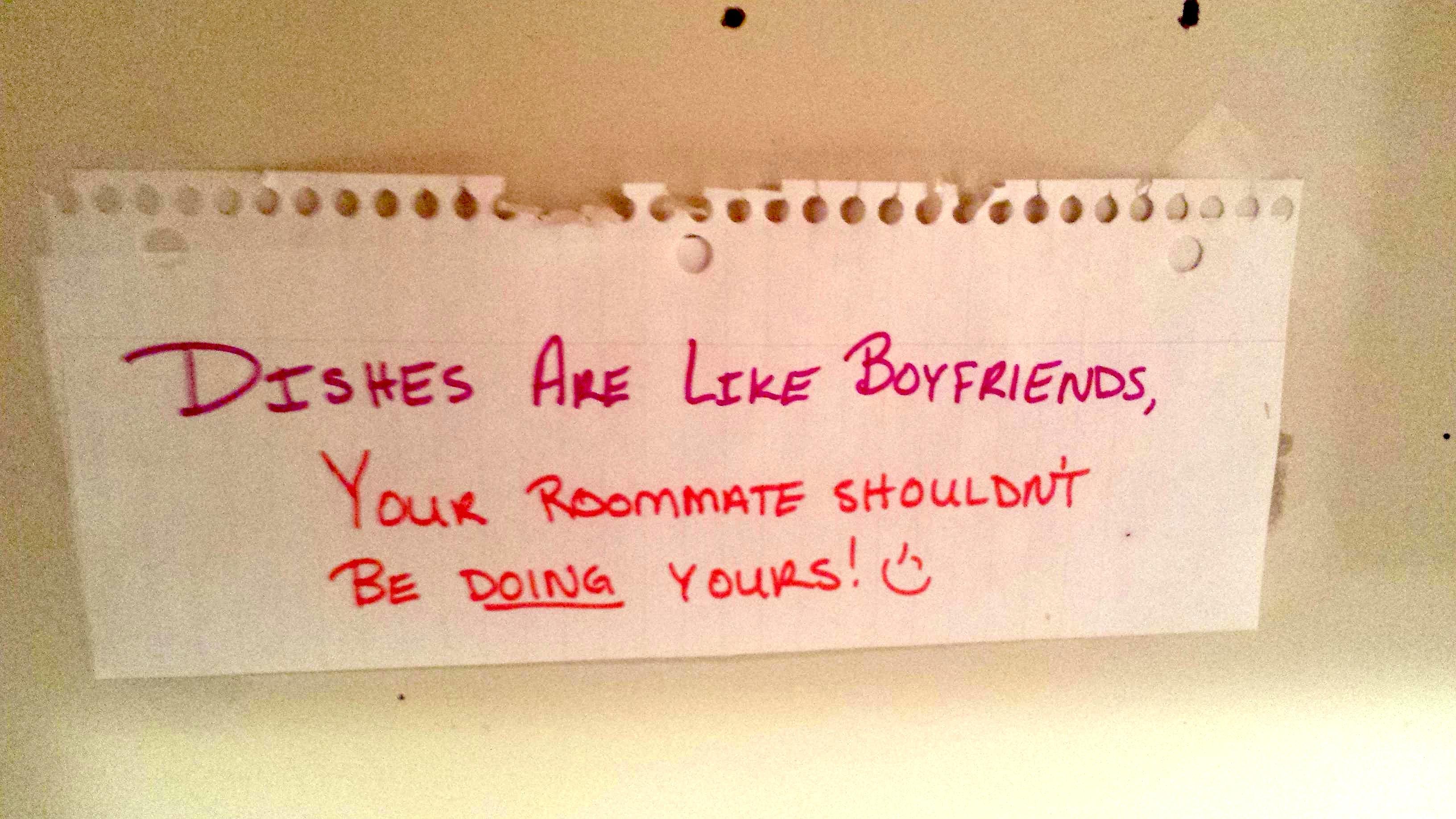 Kartka z różowym napisem, wiadomość do współlokatorów