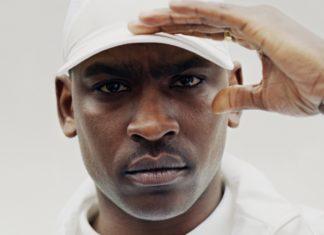 Twarz czarnoskórego mężczyzny w białej bluzie i białej czapce