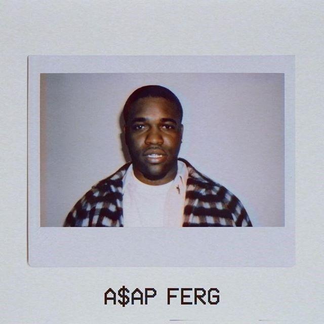 Mężczyzna w białym t-shircie i koszuli w kratę na polaroidowym zdjęciu