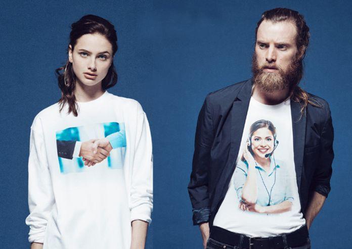 Zdjęcie przedstawiające kobietę i mężczyzną w koszulkach z nadrukami, na których widoczny jest uścisk dłoni i kobieta rozmawiająca przez słuchawkę