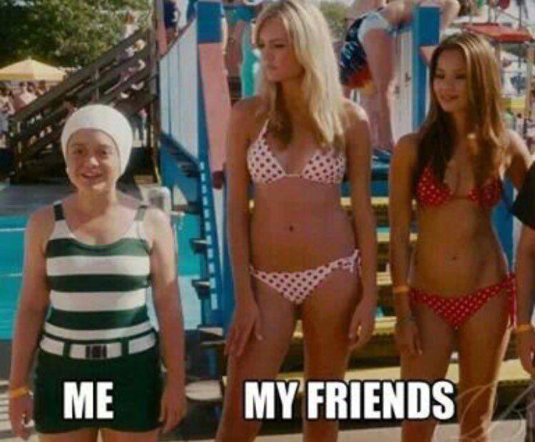 Trzy dziewczyny, dwie wysokie w bikini, jedna niska w czepku