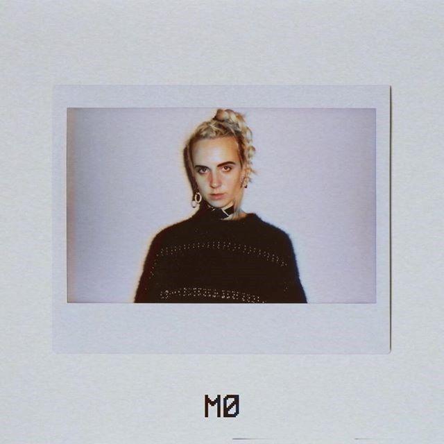 Blondynka ubrana na czarno na polaroidowym zdjęciu