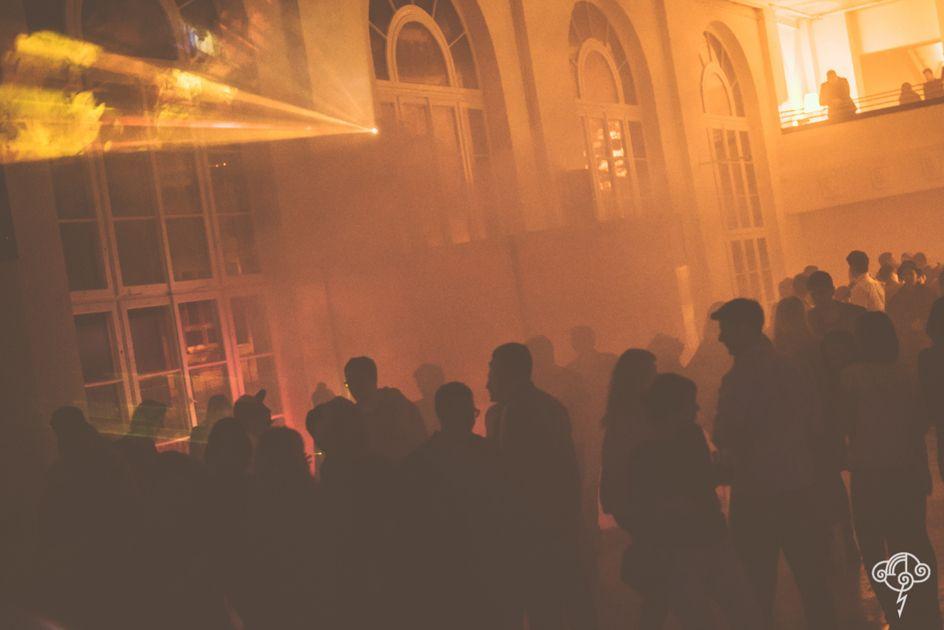 Ludzie na imprezie w klubie NIEBO