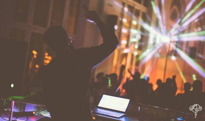 DJ w klubie na imprezie