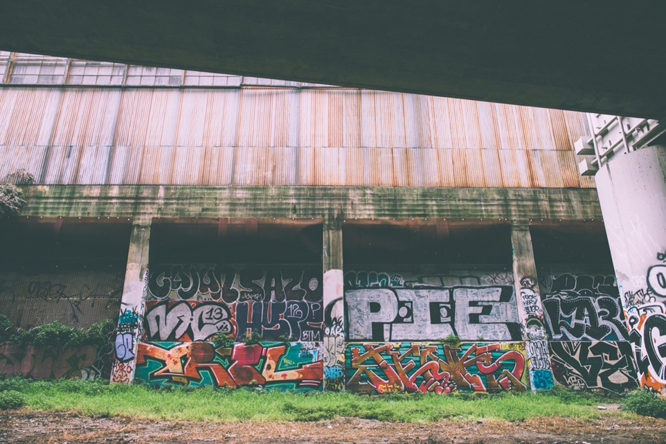 Kolorowe graffiti na murach starego, opuszczonego budynku