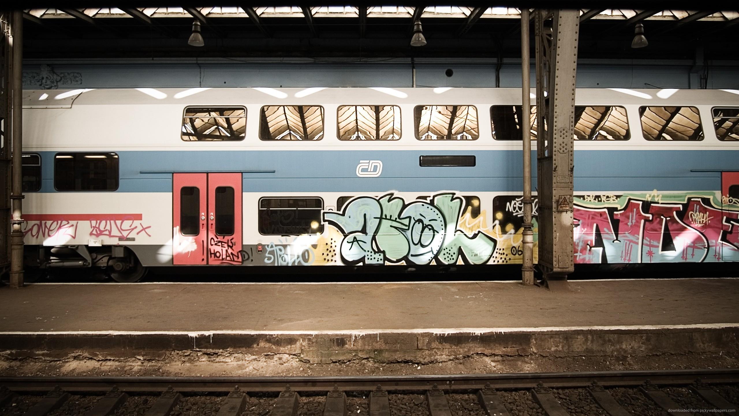 Kolorowe graffiti na pociągu