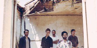 Grupa mężczyzn ubranych w koszule w budynku bez dachu