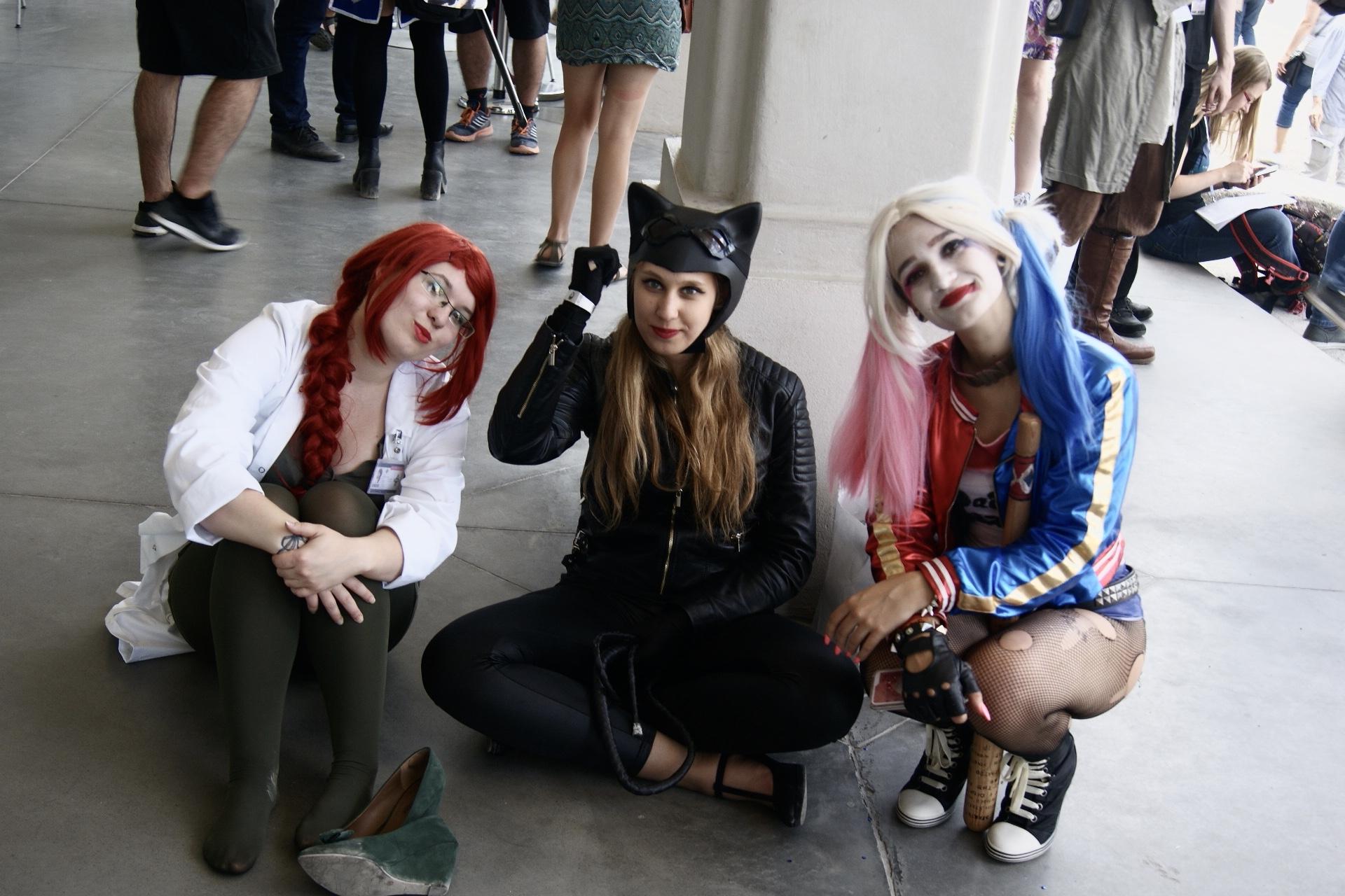 Trzy dziewczyny przebrane za postaci z filmów