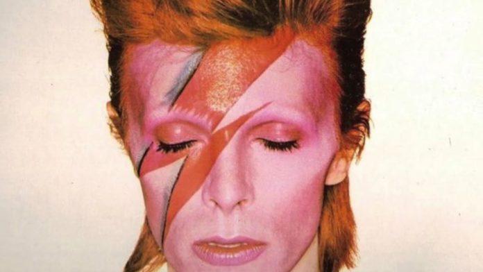 Mężczyzna z namalowanym czerwonym piorunem na twarzy