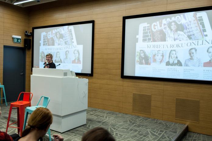 Blondynka za pulpitem na sali konferencyjnej