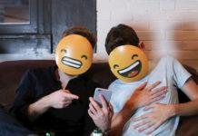 Dwóch chłopaków z emoji zamiast twarzy