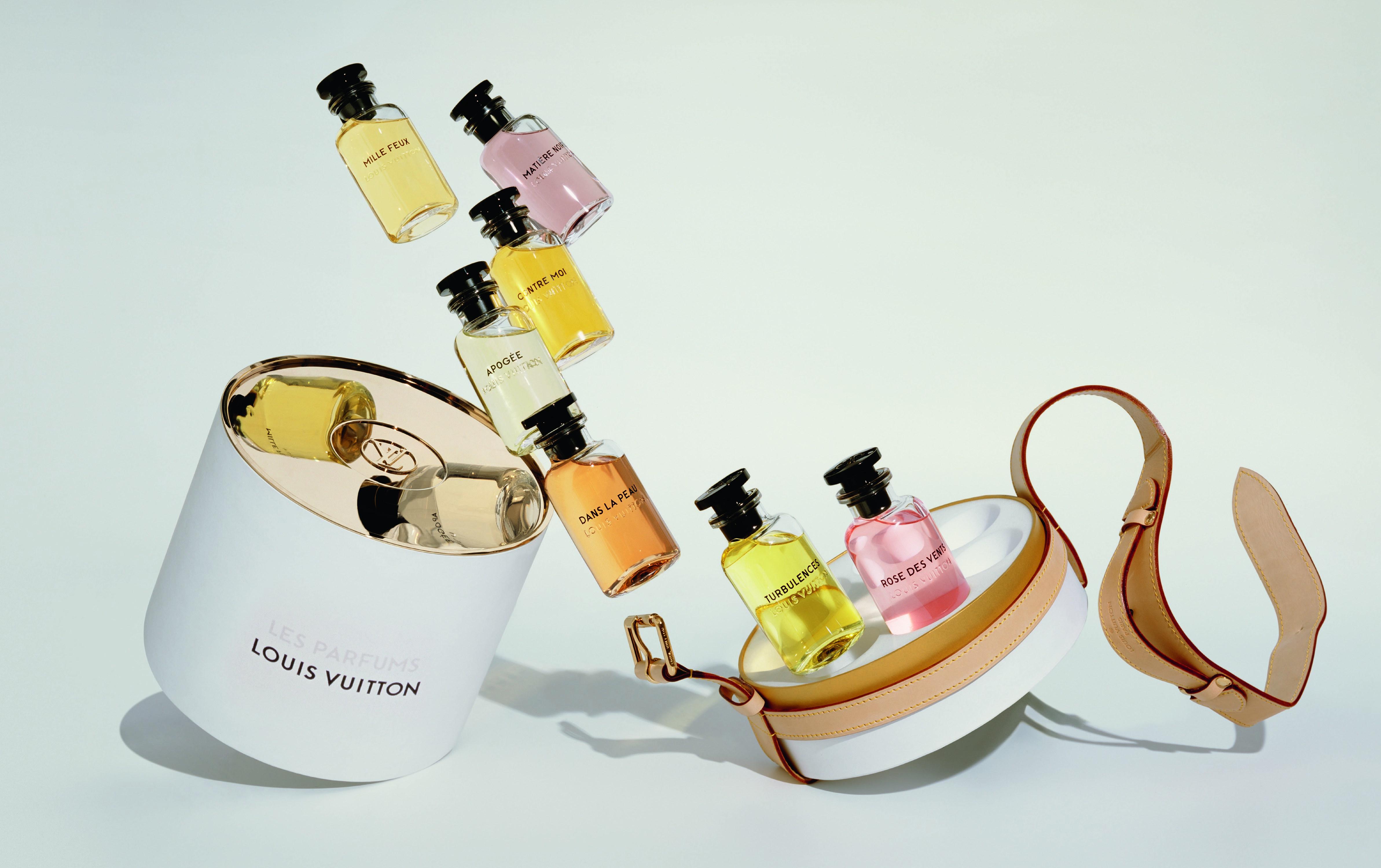 Rozsypane kolorowe buteleczki z perfumami