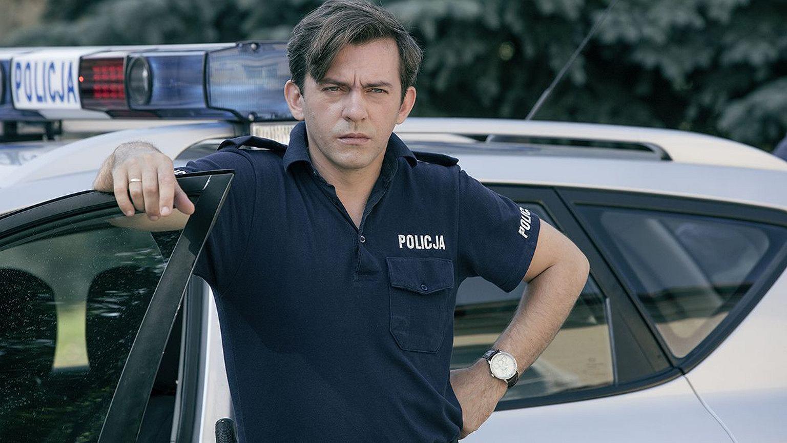 Mężczyzna w mundurze policjanta