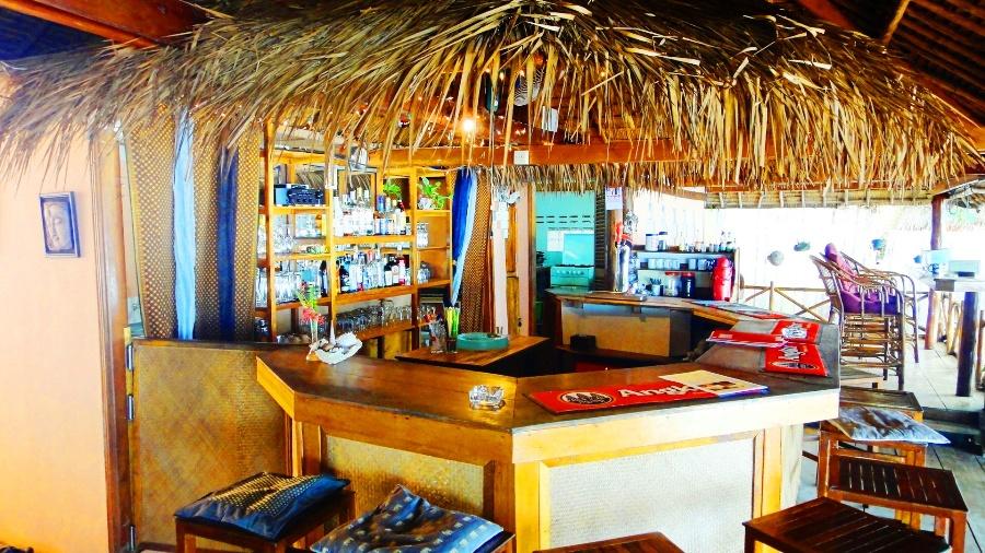 Bar na plaży ze słomianym dachem