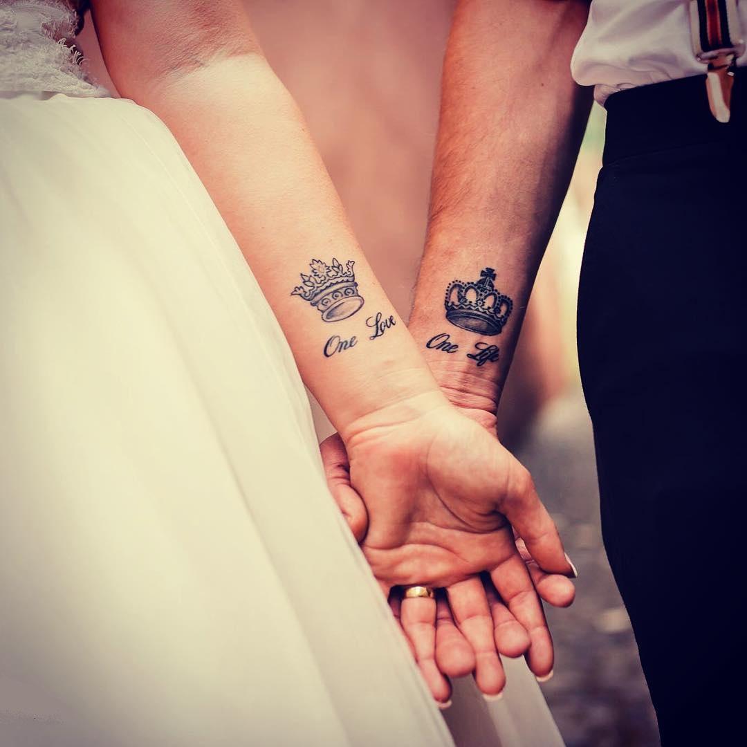 Para młoda z wytuaowanymi koronami na rękach