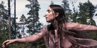 Kobieta w mokrych włosach biegnąca przez las