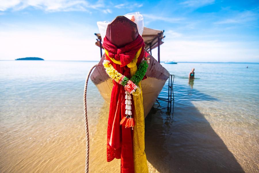 Łódź z kolorowymi szarfami przy brzegu