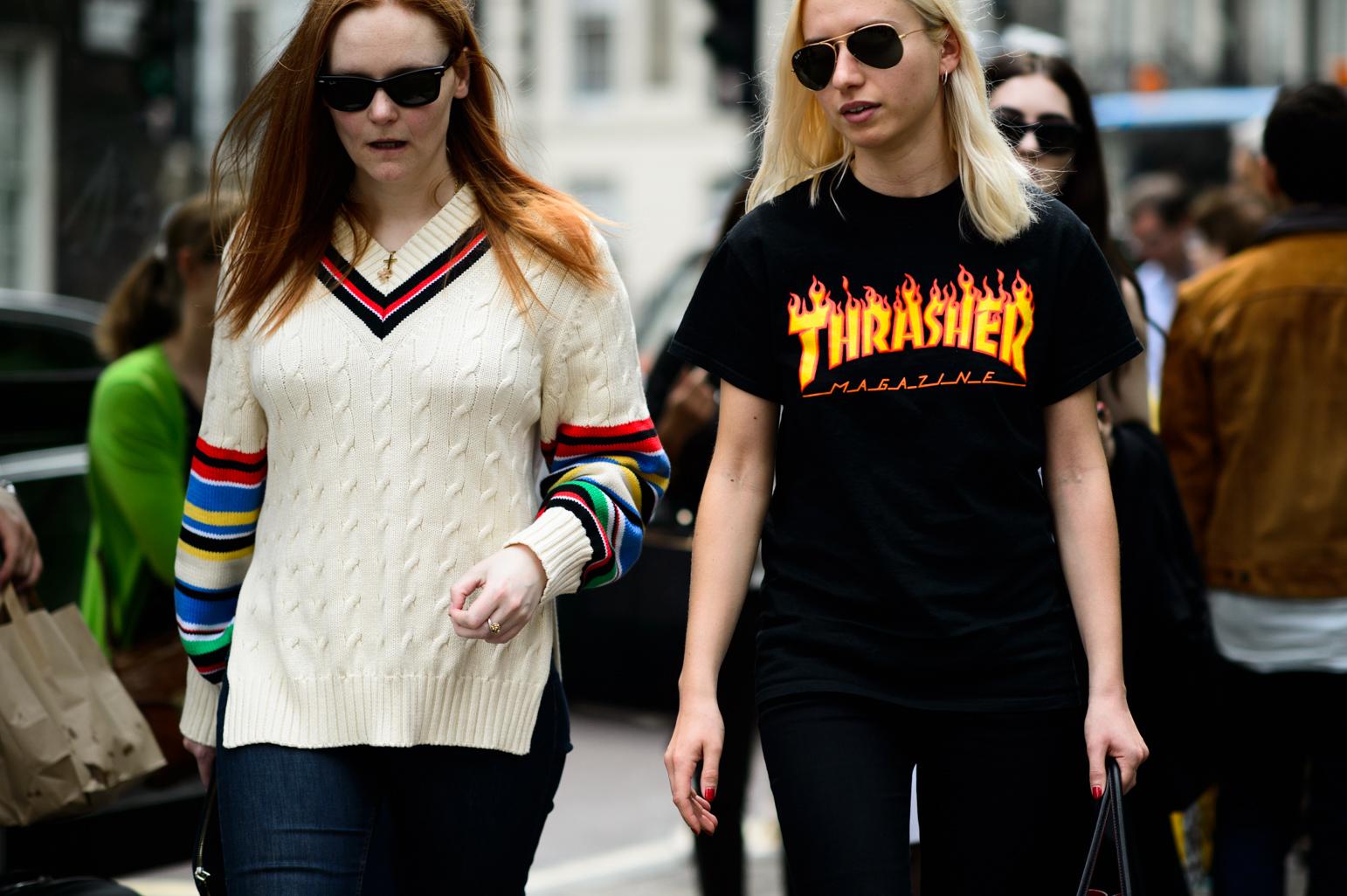 Kobieta w białym swetrze oraz kobieta w czarnym T-shirtcie