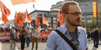 Rudy mężczyzna na demonstracji