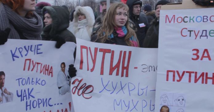 Ludzie z transparentami na demonstracji