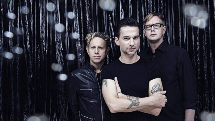 Trzech mężczyzn ubranych na czarno na ciemnym tle