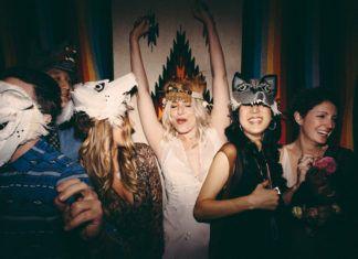 Grupa dziewczyn z pióropuszami na głowach