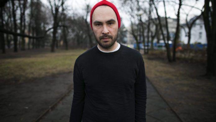 Mężczyzna w czarnym swetrze i czerwonej czapce