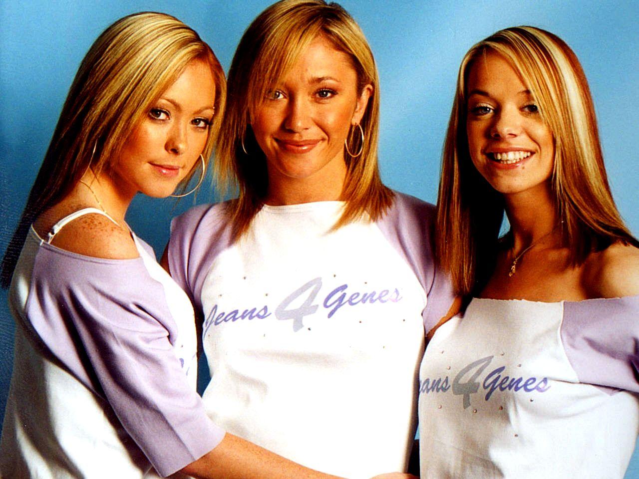 Trzy blondynki ubrane w takie same bluzki