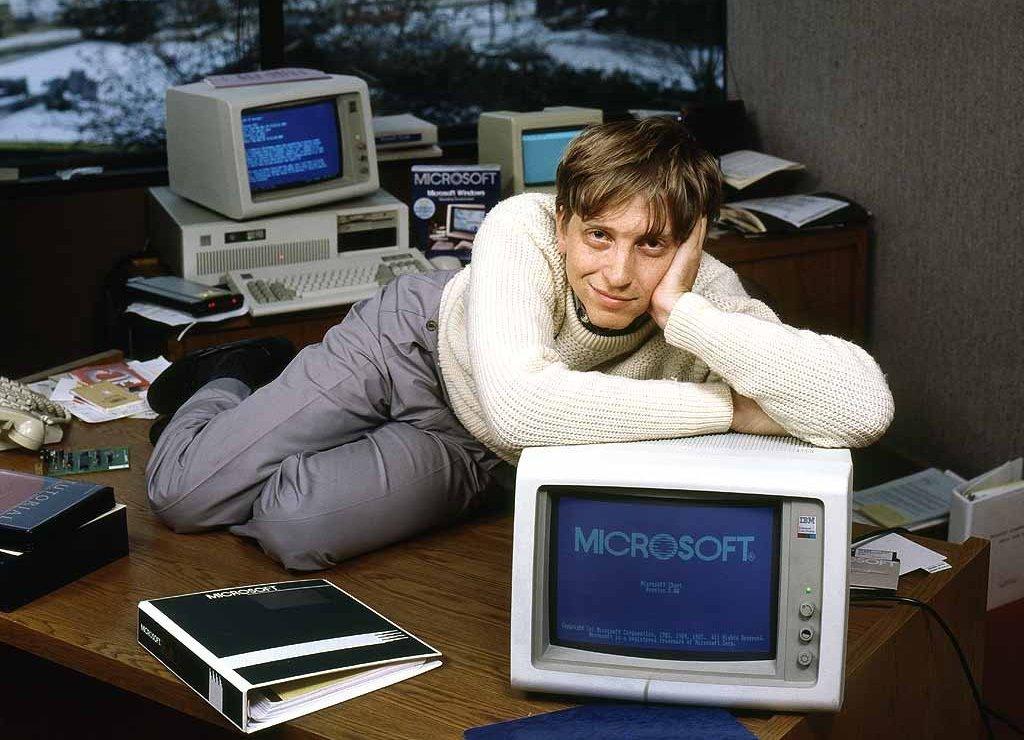 Mężczyzna leży na komputerze